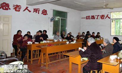 老人家们正在用餐(图片来源:中国广播网)