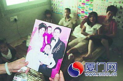 蓝宝顺的儿子天天给记者展示爸爸生前的全家福照片。