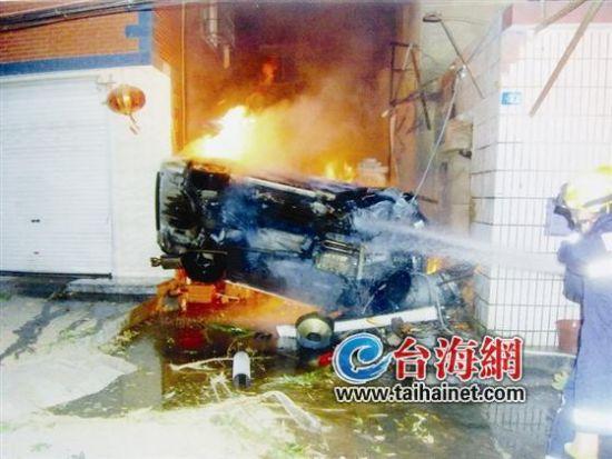 ◆事发当天,宝马车撞上民房后被烧毁(资料图)