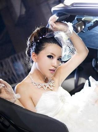 绝色新娘与白色跑车的唯美大片