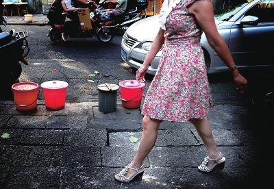 几个马桶整齐地摆在马路边,等待着清洁员来清理
