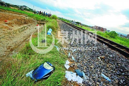 母子俩所骑的电动车被撞得支离破碎,车前盖飞到事发道口数十米开外。