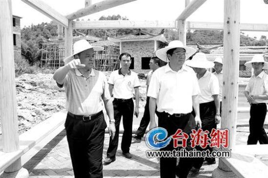 ◆连城县委书记江国河(前左)、县长林英健在培田调研
