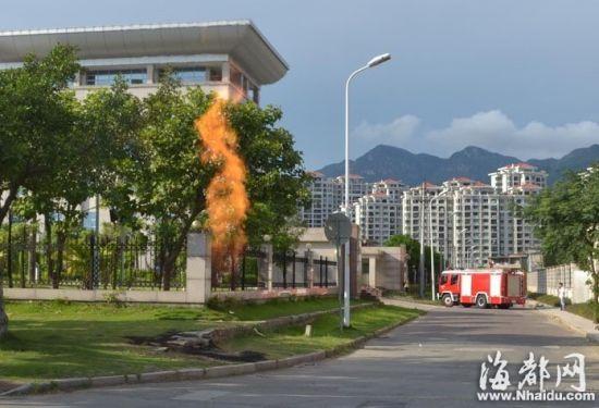 火焰从煤气窨井中不断喷出