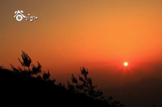 白云山顶的晨曦眺望