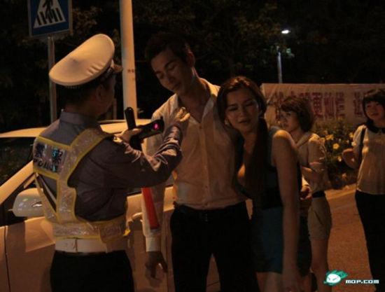 巡警们迅速排查周围,寻找车主,发现在人行道上有一对情侣,形迹可疑马上上前盘问。