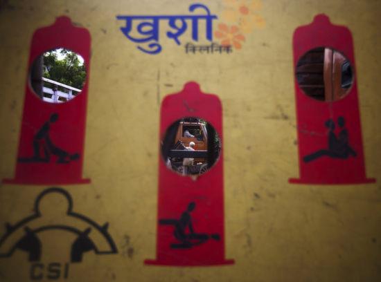 停车场的放置着一块画板,画有安全性行为、防止艾滋病的宣传画。