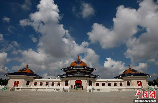 图为供奉着成吉思汗像的殿堂,这是金宝和他的同事们每天守候的地方。中新社发 刘关关 摄