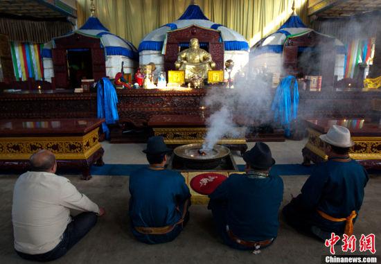 金宝和同事们的一天,从烟雾缭绕的清晨诵经开始。中新社发 刘关关 摄