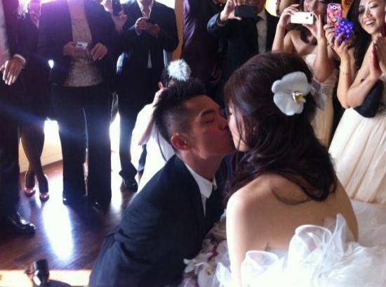 林丹正式迎娶谢杏芳超级丹跪吻新娘(组图)