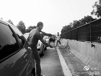 堵车时间太漫长,打球成了打发时间的好选择。