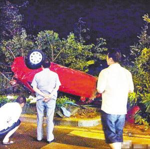 凌晨时刻轿车离奇翻车 现场一树被连根拔起