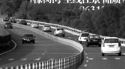 昨日在秀宅收费站附近高速公路上,进城的车(右边)明显比出城的车多