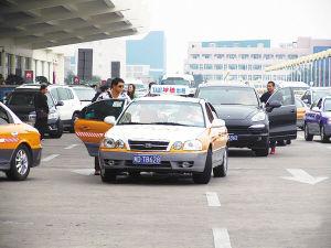 不少车辆将车违停在候机楼出发层下客道,甚至路中间。刘海鹰 摄