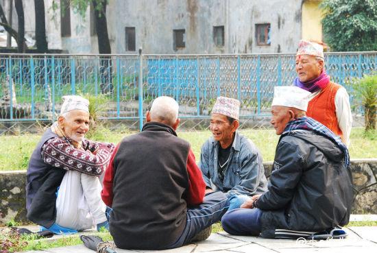 草地上聊天的尼泊尔老人