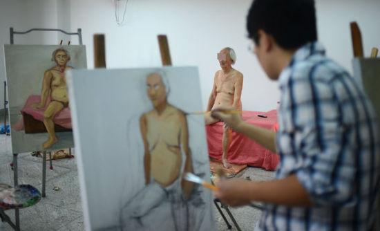 组图:八旬独居老人为学油画的学生当人体模特