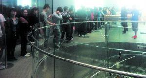 前晚,顾客在苹果南京东路店排队购买手机。
