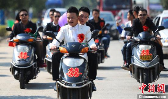 图为5辆电动摩托车组成迎亲队伍。