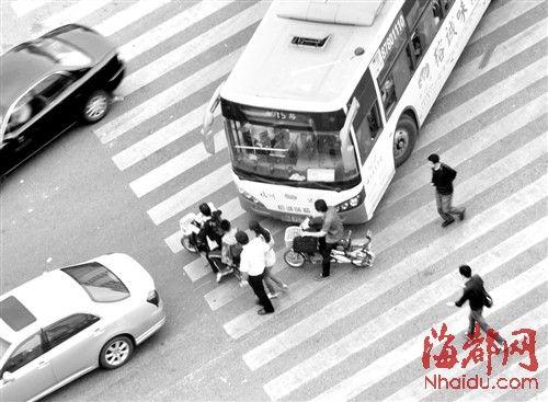 ▲行人硬闯红灯,逼停公交车