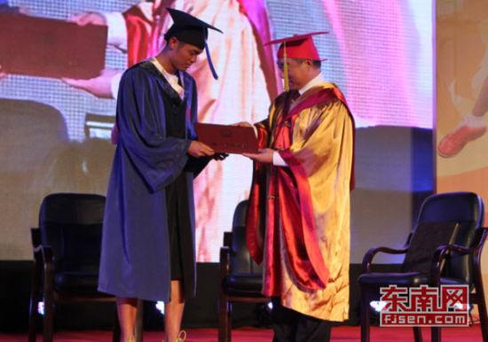 华侨大学校领导为林丹颁发硕士学位证书