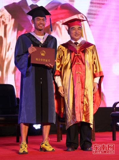 林丹成为我国首位拥有硕士学位的现役羽毛球运动员