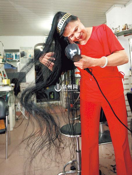 长发让陈阿婆骄傲不已,却也带来了烦恼。