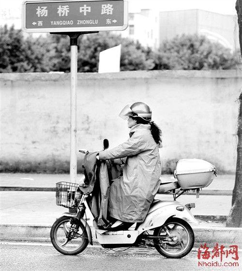 雨中骑车,这位市民包裹得严严实实,穿上了厚棉衣