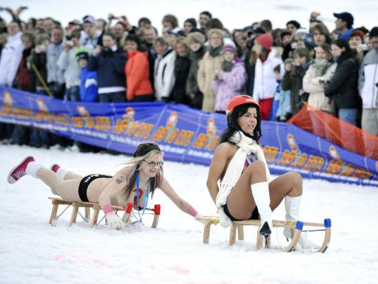裸体滑雪橇