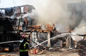 福州木屋区起火 20分钟烧毁8家店铺