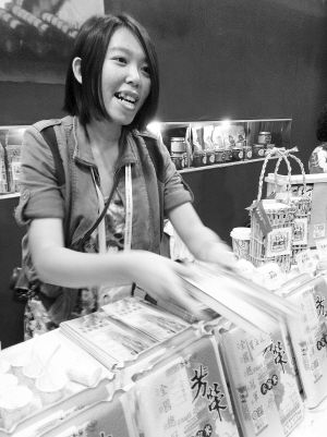 一名大学生促销员在本次文博会上台湾展位工作。叶子申 摄
