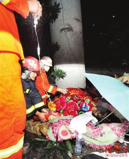 消防官兵协助120在车祸现场给受伤的老人挂瓶