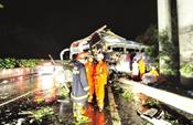 福银高速大巴雨中撞石壁严重变形 致5死17伤