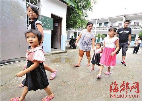 新学期开学,陈凤(左边留长发的)走过校门,这学期她家依旧没钱交学费