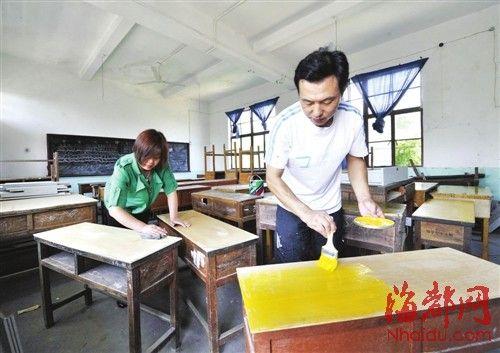 孙校长和爱人翻修学校的课桌和黑板