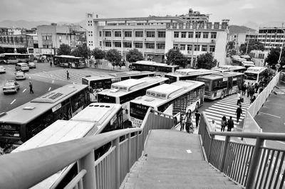 福州火车站旁边的公交站点,进站车辆堵成长龙