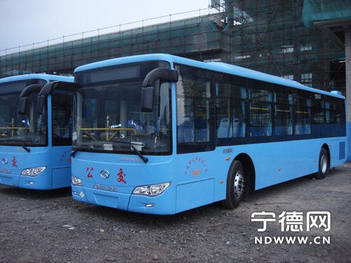 (钟剑宾 摄) 10辆绿色天然气公交巴士即将行驶在宁德市区道路上。