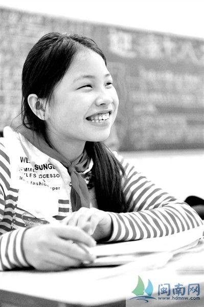 在课堂上,小思浓露出灿烂的笑容