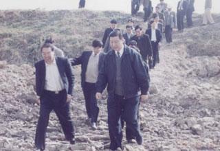 1999年12月,习近平带领省直机关领导到木兰溪调研