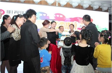 生日蛋糕 谢幕/大家一起切17岁生日蛋糕