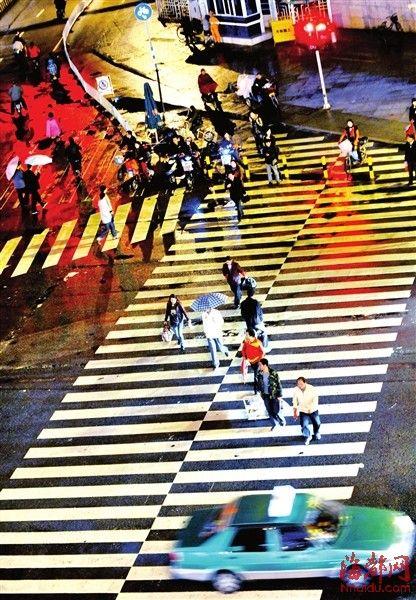 昨日傍晚,福州五四路华林路口,市民频闯红灯