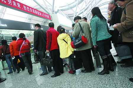 昨日,郑州,亲友排队登机