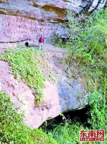 岩棺最高离地面20余米,最低离地面3米多