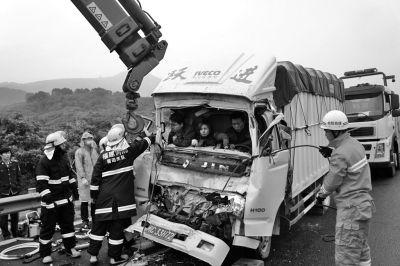 消防人员正在解救被困人员