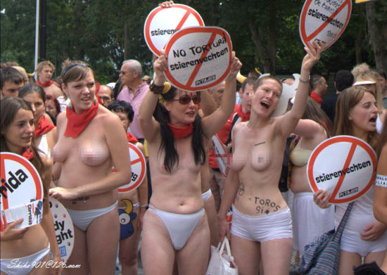 组图:西班牙奔牛节数百人袒胸露乳裸体抗议