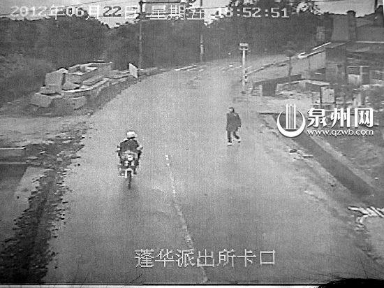 陈某的摩托车驶过,仔细确认了车牌号后,苏某叫住了陈某,掏出马刀就上前砍人。
