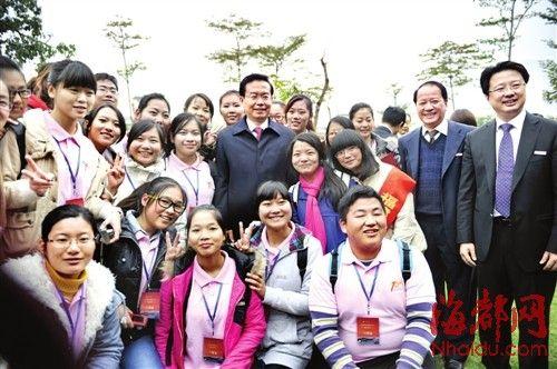 应师大学生邀请,苏树林省长开心地和大家合影