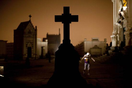 秘鲁阴森恐怖的夜游墓地之旅