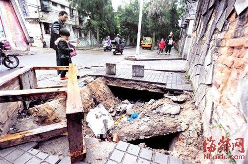 人行道被压塌了,一直没人处理,附近居民心忧