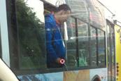 厦门男子公交上对窗外撒尿