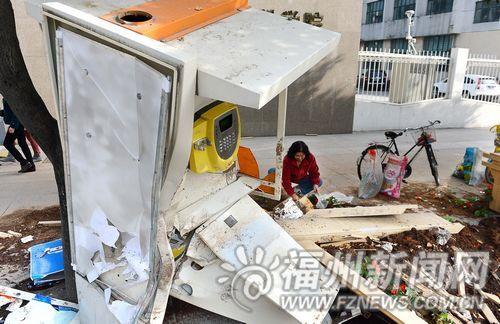 人行道上的花圃和电话亭被撞毁。